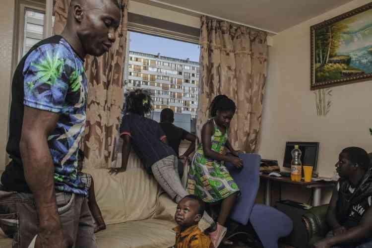 Oumar (à gauche) a 29 ans. Il travaille comme ouvrier dans le bâtiment et multiplie les travaux de réhabilitation dans le quartier du Chêne Pointu. Aujourd'hui, c'est jour de relâche. Il accueille chez lui des amis et quelques enfants qui viennent profiter de sa connexion Internet.