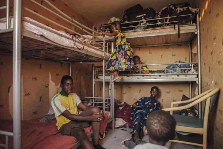 Abdoulaye, 17 ans, Bakary, 14 ans, Aboubakar, 11 ans, Aisha, 4 ans et Sedou, 1 an, sont les enfants d'Adama Traore et de  sa femme, Tene, arrivés de Côte-d'Ivoire en 1988. De squat en location, ils ont fini par acquérir ce 46 m2 pour 46 000 euros dans la Stamu II. Grâce à l'investissement des habitants,  le confort et la sécurité se sont améliorés. « Aujourd'hui,  je n'ai plus peur de rentrer chez moi », raconte Tene.