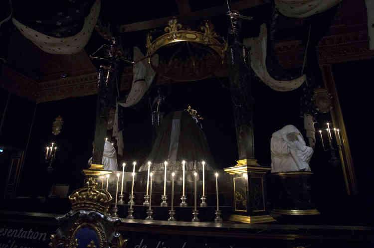 Le décor de la chapelle ardente a été réalisé par l'atelier des Menus Plaisirs du roi, chargé des montages les plus fous pour les fêtes données à Versailles, baptêmes, mariages, jusqu'aux pompes funèbres.