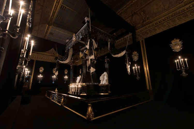 La chapelle ardente aux murs tendus de drap noir est éclairée par seize flambeaux. Le cercueil repose sous un grand dais doublé de fausse hermine. Quatre squelettes l'encadrent tenant la faux ou le sablier. A ses pieds, la Justice et la Force, en pleureuses.