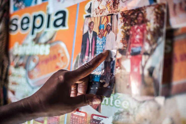 Fuduya Turay, une survivante d'Ebola, montre la photo de son fils, emporté par le virus. Selon l'OMS, la maladie a fait 3 955 morts en Sierra Leone et 11 299 en Afrique de l'Ouest.