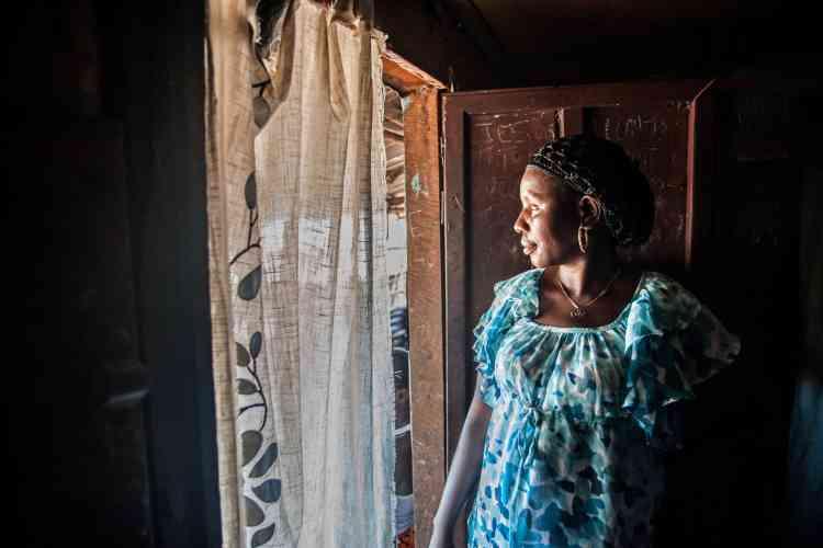 Yabon Koroma 39 ans, est également une survivante. Elle est sortie de l'hôpital en octobre. « Mais je suis devenue quasiment aveugle et j'ai des douleurs articulaires aux mains et aux genoux », raconte cette femme qui a perdu sa mère, son mari et deux enfants à cause de l'épidémie.