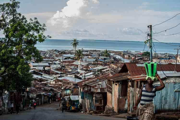 Dans le bidonville de Kroo Bay, à Freetown, 15 000 personnes vivent dans des conditions très dures. Pour tenter d'enrayer l'épidémie Ebola, qui a frappé le pays l'année dernière, la population a été confinée chez elle pendant trois jours en septembre 2014. Une mesure radicale qu'avait regrettée Médecins sans frontières (MSF) : « [cette mesure va] rompre la confiance des populations avec les autorités locales [...] Il faut que les familles prennent conscience elles-mêmes du problème,n sinon elles cacheront leurs malades. »