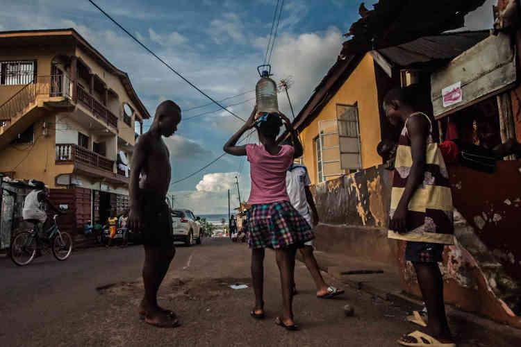 Les rues, désertées au moment du pic de l'épidémie d'Ebola, ont peu à peu repris vie.
