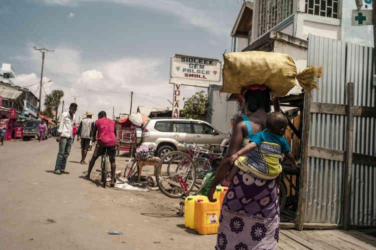 """A Ilakaka, les """"shops"""" des acheteurs de saphir se succèdent le long de la Nationale 7."""