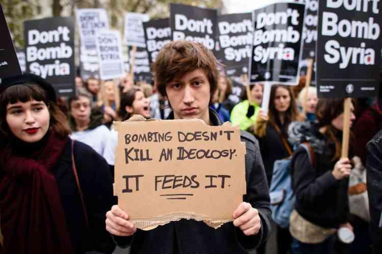 """""""Les bombardements ne tuent pas une idéologie, ils la nourrissent"""", peut-on lire sur une pancarte."""