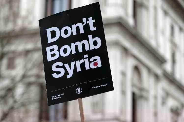 Le premier ministre britannique, David Cameron, favorable à une extension à la Syrie des bombardements, jusqu'ici cantonnés aux positions de l'Etat islamique en Irak,  pourrait convoquer un vote du Parlement dès la semaine prochaine.