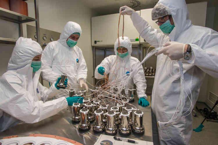 La découverte de la matière noire est-elle enfin proche? C'est en tout cas le grand espoir des astrophysiciens et physiciens des particules, tant l'instrument inauguré le 11novembre dans le laboratoire sous-terrain de Gran Sasso, en Italie, paraît prometteur. Plus gros, plus précis, plus isolé que tous ses concurrents, Xenon 1 tonne devrait se lancer dans la grande chasse en février afin de mettre la main sur la fameuse particule fantôme. Voilà en effet trente ans que l'on sait que 80 % de la matière de l'Univers n'est pas «normale». Mais de quoi est-elle faite? Réponse, peut-être, au printemps.