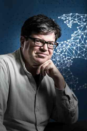 A 55 ans, ce spécialiste français de techniques d'apprentissage statistique baptisées deep learning a lancé en juin une antenne française du laboratoire d'intelligence artificielle de Facebook. L'entreprise américaine l'avait recruté fin 2013 pour créer un groupe de recherche travaillant notamment sur la reconnaissance automatique d'images ou de vidéos. En février 2016, il débutera une série de cours au Collège de France sur ces techniques dont il est le pionnier.