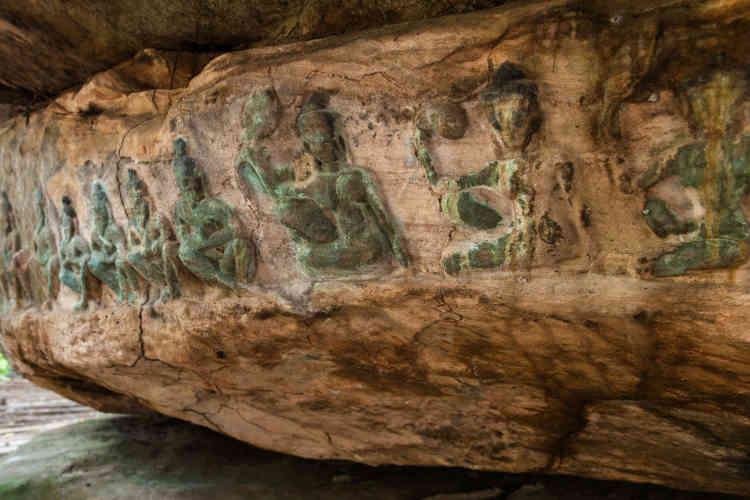 Détail du bas-relief de Poeng Kbal (Xe-XIIe siècles). Depuis le IXe siècle, le massif est un lieu de pèlerinage très fréquenté. Les ermites venaient y méditer dans les abris sous roches qui portent des sculptures rupestres de toute beauté. La rivière Kbal Spean, le Gange local, qui traverse le plateau et irrigue les temples d'Angkor, court  sur un millier de lingas, symbole phallique du dieu Shiva et sur la figure d'un Vishnu endormi.