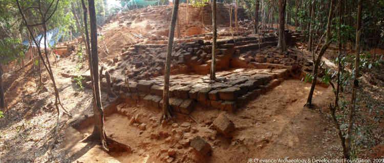 Au Kulen, le temple montagne Rong Chen, de 200 m de côté, aux cinq terrasses en blocs de latérite, située au centre de la cité couvrant cent kilomètres carrés, pourrait être le prototype des sanctuaires d'Angkor (Xe-XVe siècles).