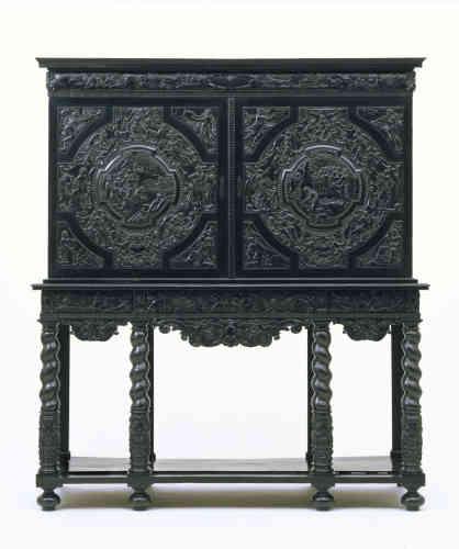 La taille du cabinet personnalisé est une nouveauté de la deuxième moitié du XVIIe siècle parisien. En bois d'ébène de Madagascar, il est sculpté d'un bas-relief contant l'histoire d'Endymion, roman de Jean Ogier de Gombauld publié en 1624.