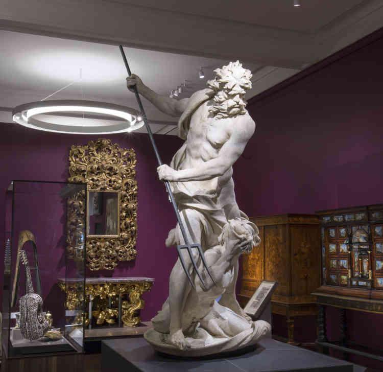 Cette première salle donne le ton de la qualité des chefs-d'œuvre exposés : Neptune du Bernin, une des premières sculptures du maître du baroque ; la guitare de Joachim Tielke (Hambourg, 1693), en marqueterie de pin, ivoire et écaille de tortue ; un cadre rococo en bois doré et un cabinet napolitain (1680-1710). Ou encore un berceau en ébène provenant de Goa (Inde) et une faïence du Mexique portant l'aigle des Habsbourg. L'Europe créatrice et conquérante.