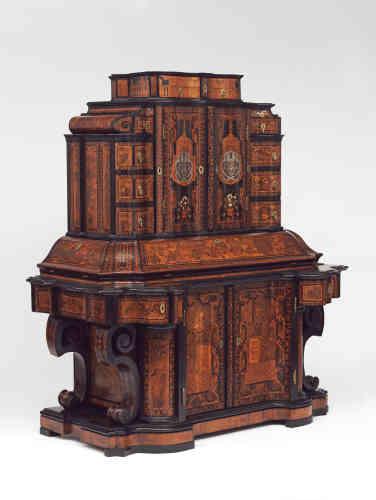 Cabinet en marqueterie de bois fruitier et tulipier avec l'ivoire, corne, écaille de tortue, cuivre et effets laqués. Un bureau imposant réalisé pour Gallus Jacob, premier ministre du prince évêque de Würzburg, en Allemagne, en 1716.