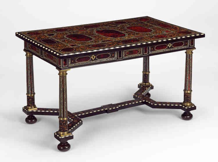 Une commande sans doute réalisée pour le comte de Craven exilé à Anvers, par le marchand Forchondt, spécialiste européen des meubles précieux sur-mesure. L'écaille de tortue mariée au vermillon, à l'or, à des éclats de perle et au cuivre, simule un effet de laque japonaise.