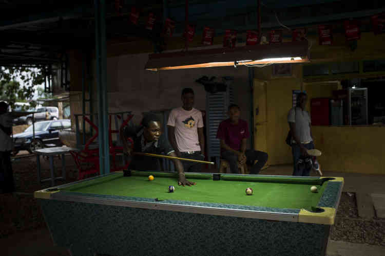 De jeunes hommes jouent au billard dans un bar dans le quartier rebelle de Nyakabiga, le 25 janvier.