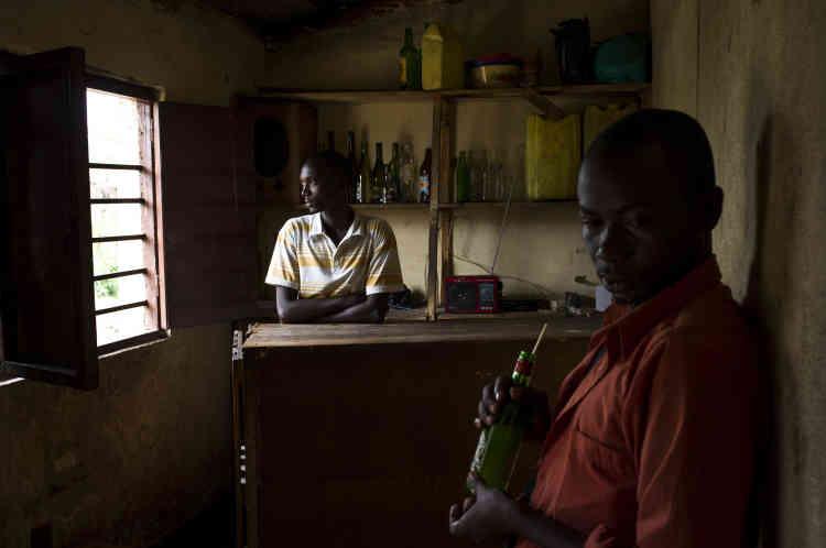 Dans un bar du quartier de Mutakura, un quartier contesté de Bujumbura, le 25 janvier.