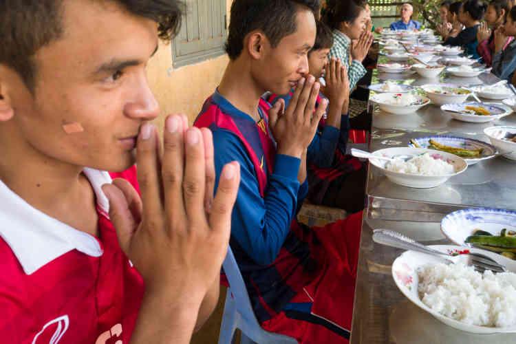 François Ponchaud a gagné le respect de ceux qui luttent pour un Cambodge moins inégal et plus respectueux des humbles. « Il a fait beaucoup de bien à la population, j'ai beaucoup de respect pour lui. Les autorités n'osent pas le toucher, car il est très populaire. Même si j'ai peur pour lui, car il appelle un chat un chat », témoigne Pung Chhiv Kek, présidente de la Licadho, une des principales ONG de défense des droits de l'homme du pays.