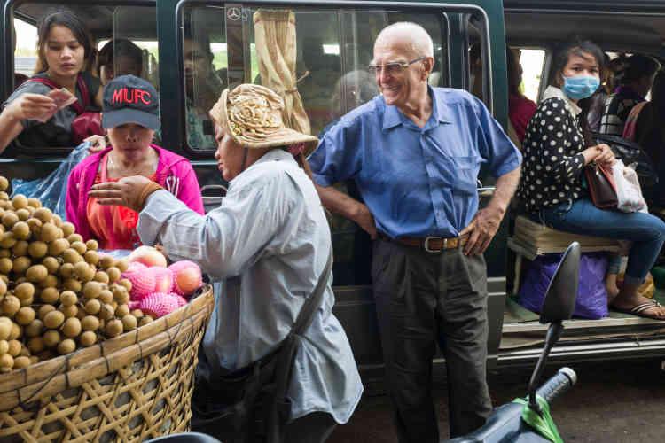 Phnom Penh, le 9 Janvier. Le père François Ponchaud, à bord du minibus partant pour O Réang Euv.