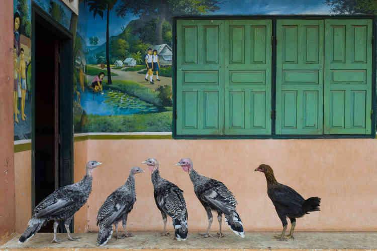 Pour peindre la fresque qui orne les murs de la maternelle qu'il a édifiée à Chamlak, François Ponchaud a fait appel à un peintre khmer, qui a représenté les enfants dans des scènes de la vie quotidienne.