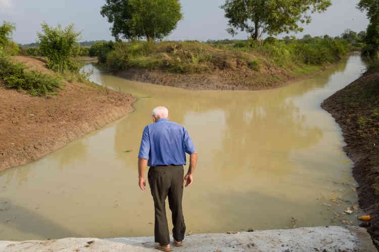 Le projet des Khmers rouges était de transformer le Cambodge en un «damier de rizières » en creusant des canaux et en édifiant des digues. François Ponchaud a décidé de rénover leurs ouvrages. «Les Khmers rouges ont réalisé ces ouvrages avec brutalité, nous avec notre bon cœur », explique-t-il.