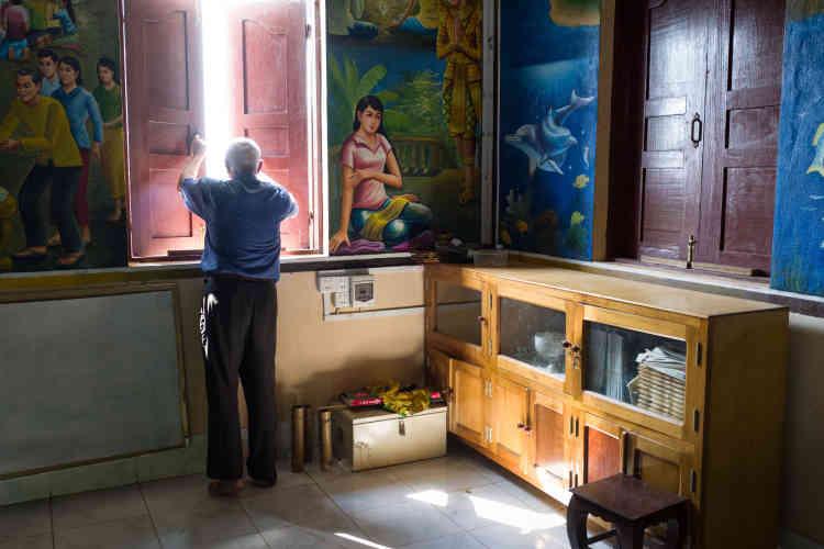 Chez Ponchaud, il n'y a pas de volonté de prosélytisme, mais une ambition de «voyager au côté du peuple khmer dans ses joies et ses malheurs, pour essayer de le comprendre». Conquis par le discours de François, «l'impertinent de Rome», il se qualifie lui-même d'«impertinent du Cambodge».