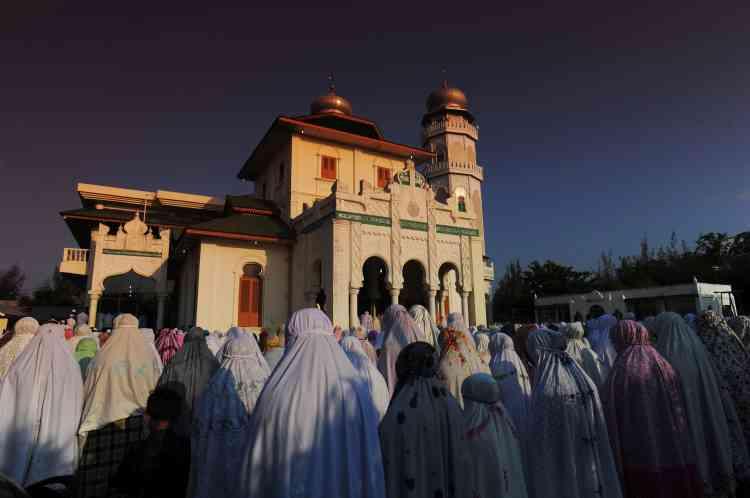 Dans plusieurs endroits du pays musulman le plus peuplé au monde, de nombreux fidèles se sont rendus dans les mosquées pour réciter des prières dédiées à cet événement.