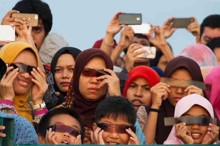 Des dizaines de milliers de personnes, touristes étrangers et indonésiens, ont assisté à ce phénomène spectaculaire dans les endroits de l'archipel offrant la meilleure visibilité.