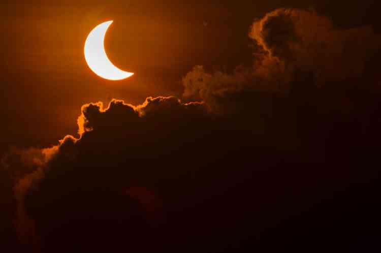 Environ une heure plus tard, la phase d'éclipse totale a totalement obscurci le ciel de certaines régions, de l'île de Sumatra à l'archipel des Moluques en passant par l'île de Bornéo.