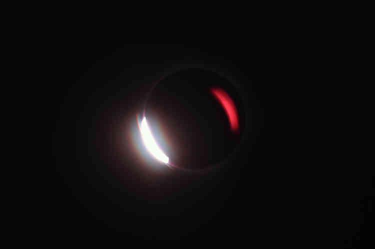 A Ternate, ville accessible en avion depuis la capitale Djakarta, la durée de l'éclipse totale était la plus longue en Indonésie. La Lune s'est alignée sur le Soleil pendant un peu moins de trois minutes dans un ciel totalement dégagé.