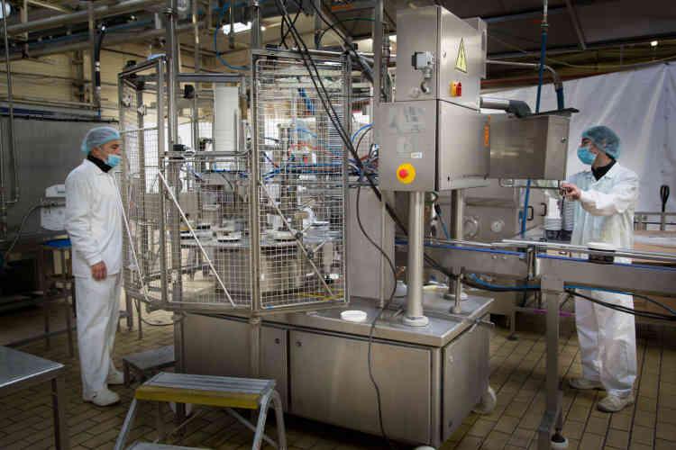 """Stéphane Alaux et Jérôme Sanso contrôlent le fonctionnement de la """"ruff"""", la machine qui permet la mise en pot automatique de la crème glacée."""