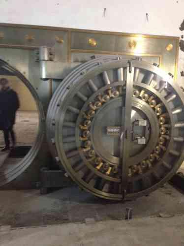 Au sous-sol, Monoprix et les Galeries Lafayette seront séparés par la porte du coffre-fort de la Citibank of New York, la banque qui occupait le bâtiment en 1933.