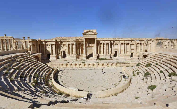Dans le théâtre romain, intact, des djihadistes ont écrit leur nom et un mur est criblé de balles. C'est dans cet édifice, datant du IIe siècle, que l'EI a procédé à des exécutions publiques de soldats par des enfants de membres du groupe djihadiste.