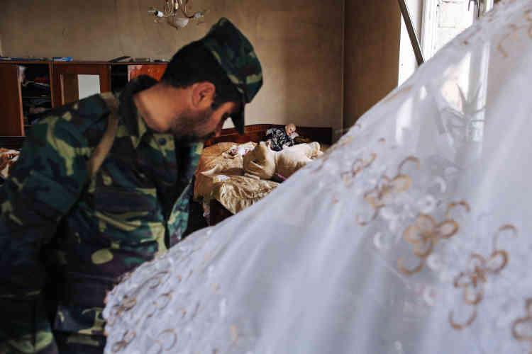 Aram Sarkissian, 42 ans, vient lui aussi de Talich. Le 2 avril, il a mis sa femme et ses quatre enfants à l'abri puis il est revenu au village armé d'une kalachnikov. Sa maison a été détruite.
