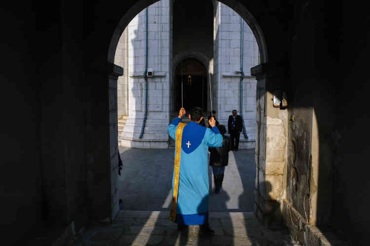 Dans la ville de Chouchi, centre historique du Haut-Karabakh, un prêtre fait sonner les cloches avant une messe en mémoire des victimes des violences qui ont embrasé la région, début avril.