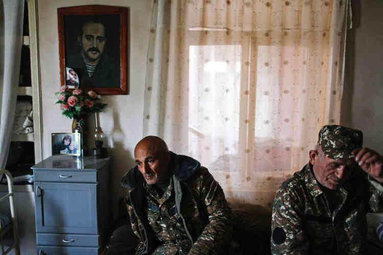 Le conflit actuel se nourrit des récits de la guerre d'indépendance. Ici, à Talich, Vanik Ohayan est assis sous le portrait de son oncle, également nommé Vanik Ohanayan, qui a participé à la libération du village en 1992.