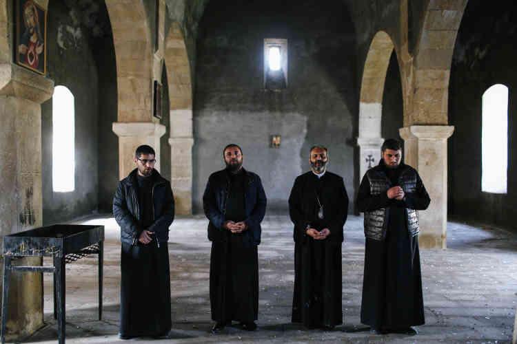 Un groupe de prêtres arméniens et karabakhtsis chantent des psaumes dans l'église de Talich.