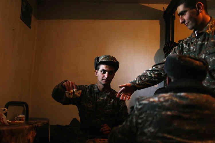 L'offensive azérie, la plus importante depuis l'armistice de 1994, a débuté dans la nuit du 1er au 2 avril. Elle a fait près d'une centaine de morts, en majorité des soldats, ainsi qu'une dizaine de civils. Sur leur base de Martouni, à cinq kilomètres du front, de jeunes appelés karabakhtsis boivent du café.