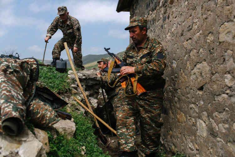 Le village de Talich, à l'extrême-nord du territoire, a été le plus touché par les combats. Pris par les forces azéries puis repris par l'armée karabakhtsie, il a été presque entièrement détruit. Des volontaires y creusent des tranchées pour prévenir un éventuel retour des Azéris.