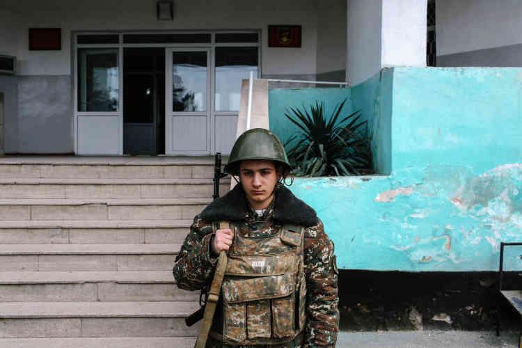 La dernière flambée de violences a ravivé les craintes d'une reprise d'un conflit de grande ampleur, d'autant plus grandes que les deux puissances régionales – Russie et Turquie – sont en froid. Arkis, jeune appelé de 18 ans, en faction dans la base de Martouni, dans le sud du Haut-Karabakh, le 8 avril 2016.