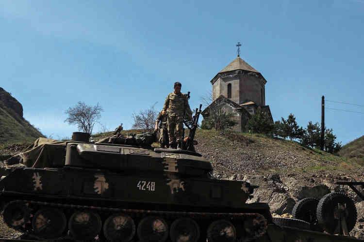 L'armée est une institution centrale dans la vie de la République autoproclamée du Haut-Karabakh. Elle est financée à 100 % par l'Arménie voisine, et les jeunes Arméniens peuvent choisir d'y faire leur service militaire.