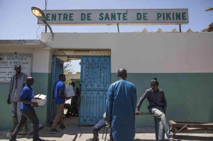 Livraison de contraceptifs au centre de santé de Pikine, dans la banlieue de Dakar, Sénégal.