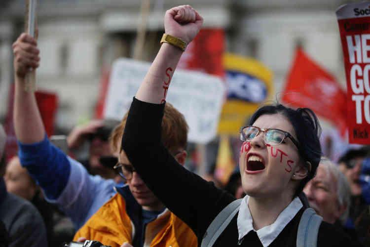 Les manifestants protestaient contre les coupes budgétaires, en particulier dans les aides sociales, décidées par le premier ministre.