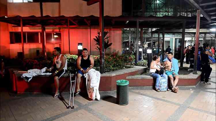 Des habitants paniqués se sont précipités dans les rues de Quito, la capitale, située à 170 km de l'épicentre, et dans d'autres villes à travers le pays. L'épicentre de la secousse a été localisé près des côtes, dans l'océan Pacifique, à une profondeur de 20 km, et le séisme a été ressenti dans l'ensemble du pays.