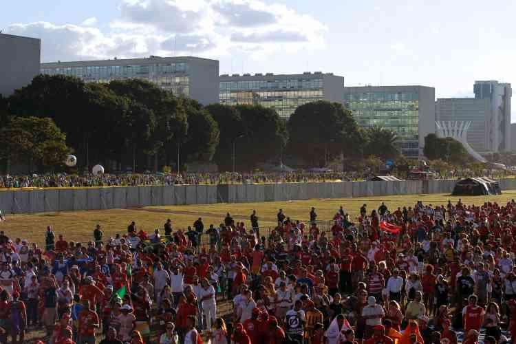 Dans la capitale, Brasília, le fossé idéologique entreles pro etles anti-Rousseff est aussi matériel : longue de 1kilomètre, haute de 2mètres, une imposante barrière a été érigée devant le Congrès pour éviter les échauffourées.