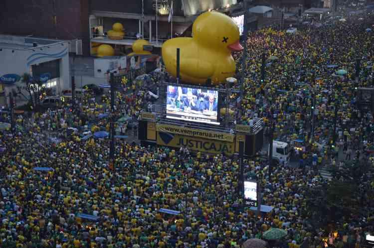 Des rassemblements des deux camps se déroulaient ainsi dans plus de soixante agglomérations, comme ici à Sao Paulo, selon la presse brésilienne.