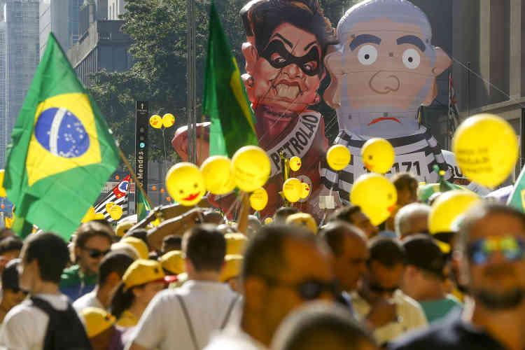 Les partisans d'une destitution jugent Dilma Rousseff et son mentor politique, l'ex-chef de l'Etat Lula, responsables de la grave crise économique dans le pays et du scandale de corruption autour du grand groupe pétrolier Petrobras.