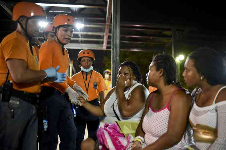 En visite au Vatican, le président Rafael Correa a annoncé des renforts venus de Colombie et du Mexique, qui y ont dépêché des équipes de secours.  Il a annoncé le déblocage d'une aide budgétaire « d'environ 600 millions de dollars» pour faire face à l'urgence.  « J'appelle le pays au calme, à l'unité », a ajouté le chef de l'Etat.