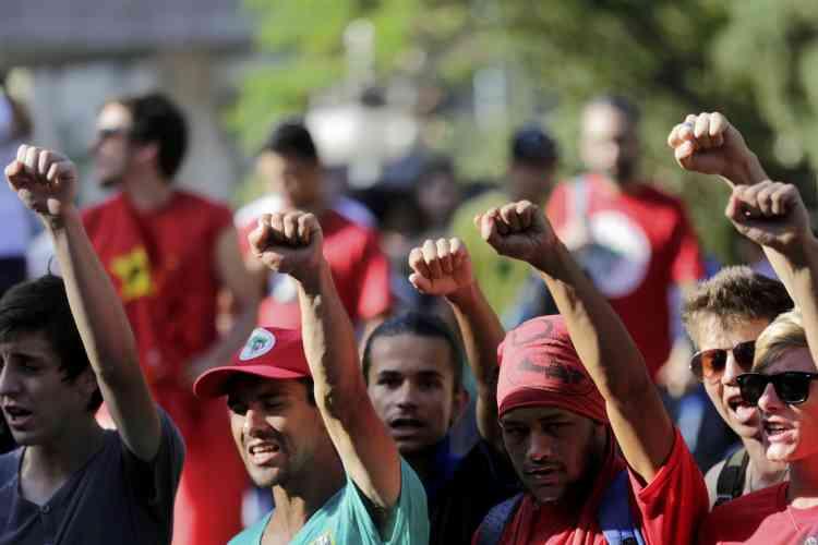 Au total, environ 21 000 personnes soutenaient «Dilma» et 62 000 défilaient contre elle, selon les estimations du quotidien «Folha de Sao Paulo».