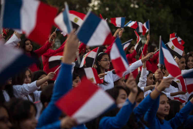 Dimanche 17 avril, au palais de Qubbah, au Caire, des enfants agitent des drapeaux aux couleurs de la France, lors de l'arrivée du président égyptien, Abdel Fattah Al-Sissi, accompagné du président français, François Hollande.